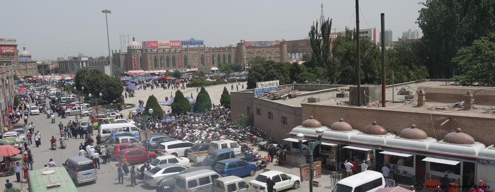 Aménagement de la grande place en carrelage face à la Mosquée Id Kah.