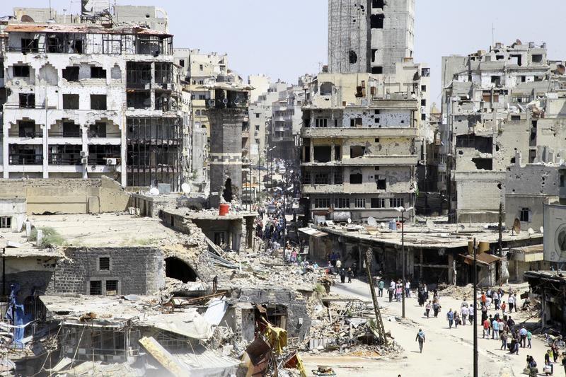 Les résidents arrivent à pied pour inspecter leurs maisons , après la cessation des combats entre les rebelles et les forces loyales au président Bachar al - Assad de la Syrie , dans la ville de Homs , le 10 mai 2014. @ REUTERS Ghassan Najjar