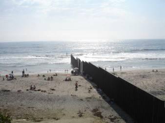 Plage de Tijuana. A droite, le Mexique, à gauche les Etats-Unis