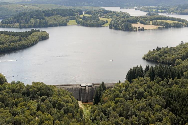 Vue aérienne du barrage du lac de Vassivière dans le Limousin