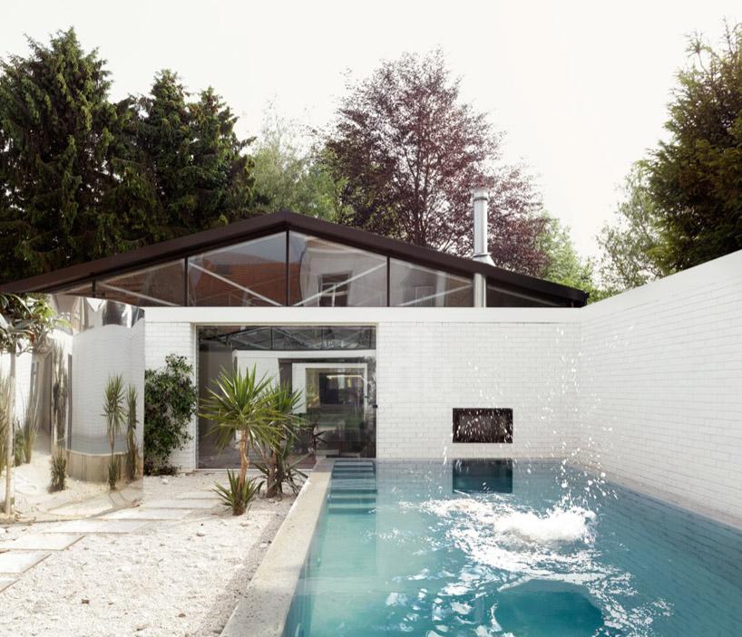 La pièce de la piscine avec toiture ouverte