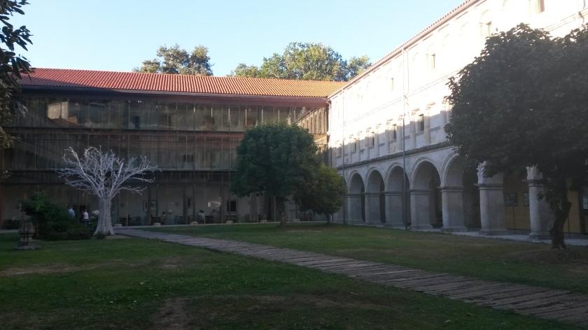 Vue du cloître principal avec la façade contemporaine au fond