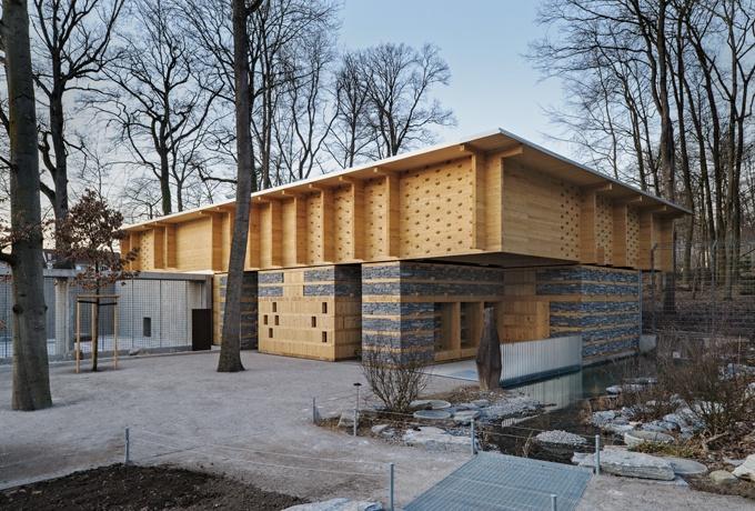 Cabane des ours par Patrick Thurston Architecte dans le parc zoologique de Berne